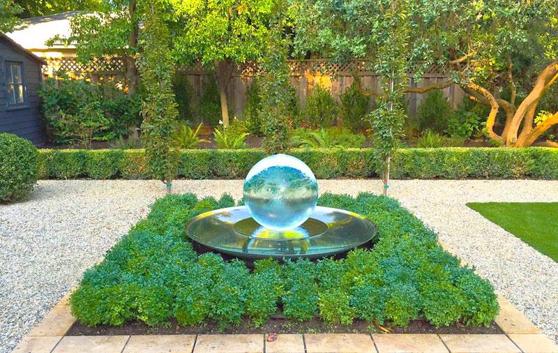 Стильный садовый фонтан
